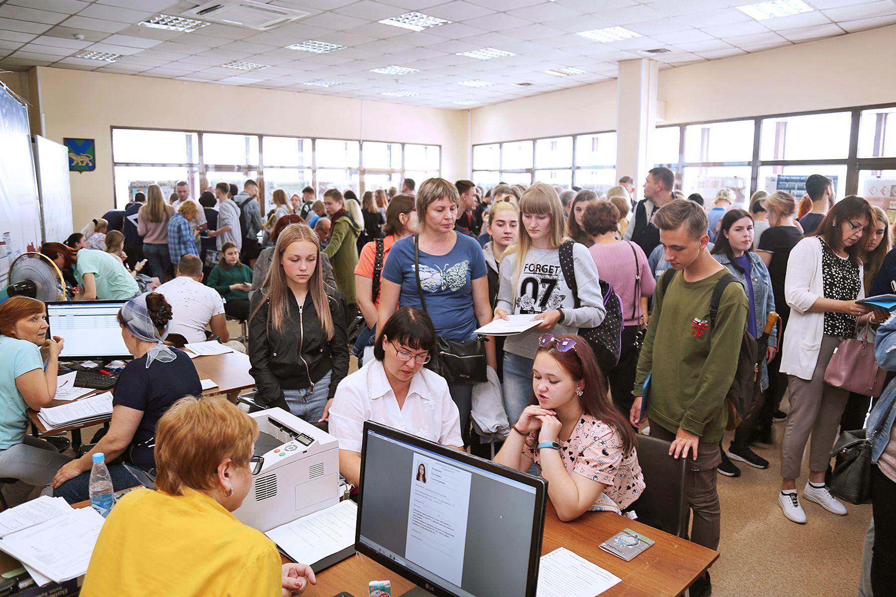 Министр науки и высшего образования РФ Валерий Фальков объявил о переносе сроков вступительных экзаменов в российские вузы