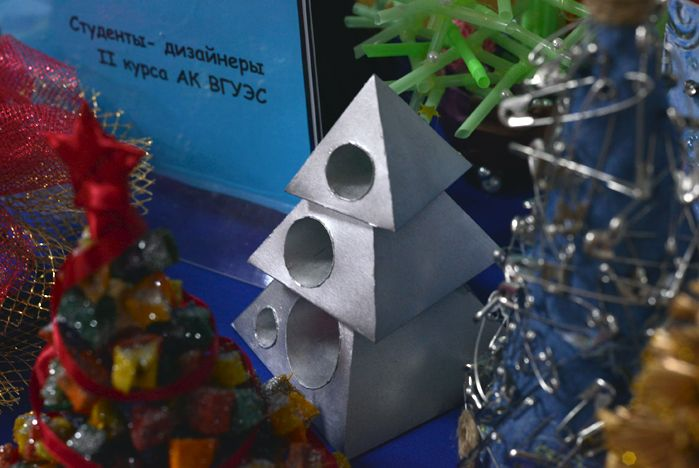 Выставка необычных новогодних ёлок открылась в Академическом колледже ВГУЭС
