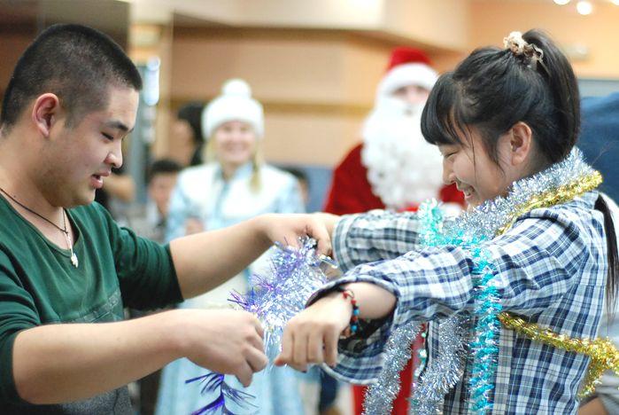 Первую новогоднюю ёлку «зажгли» во ВГУЭС иностранные студенты